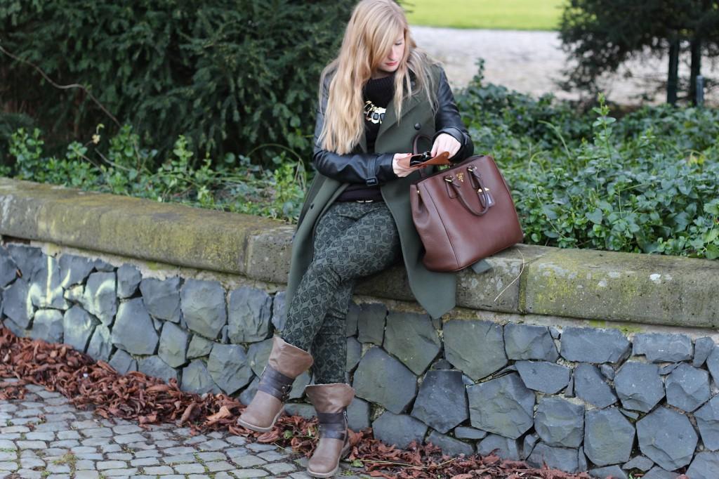 Military Style Military Look Khaki Wintermantel weiblich Boots braune Prada Tasche