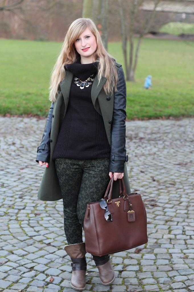 Military Style Military Look Khaki Wintermantel weiblich Boots braune Prada Tasche Blog