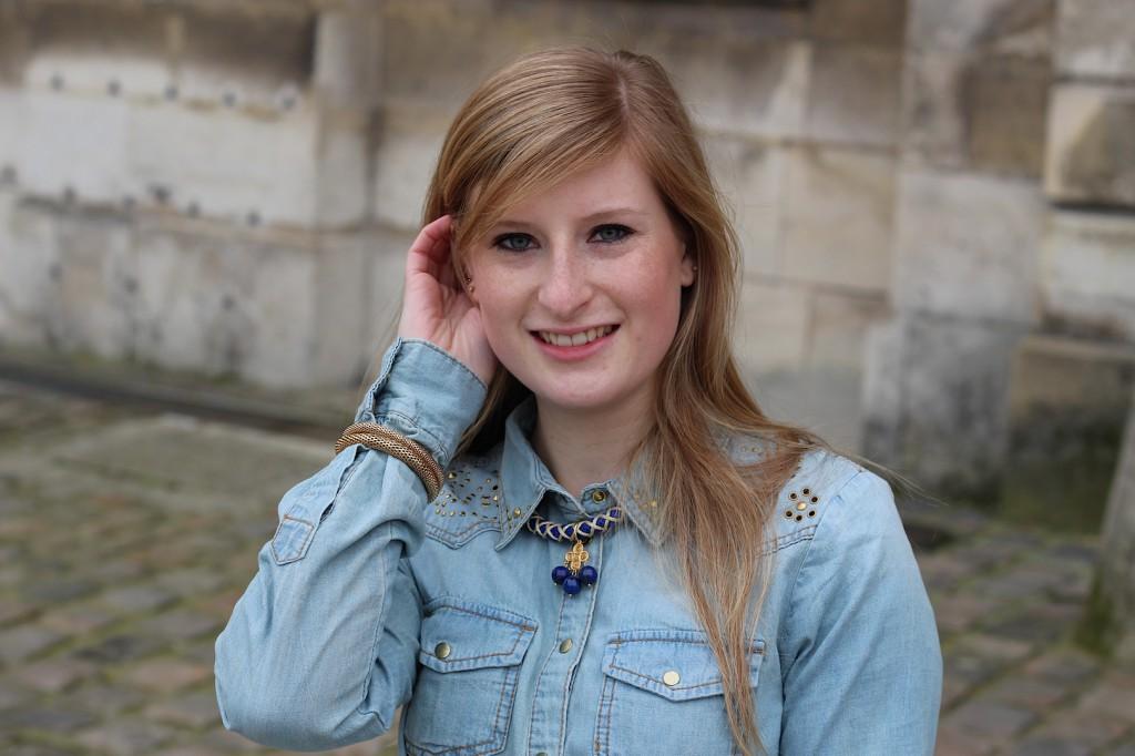 Jeans Bluse paris Nieten Details blau Gold Kette Accessoires goldener Schmuck