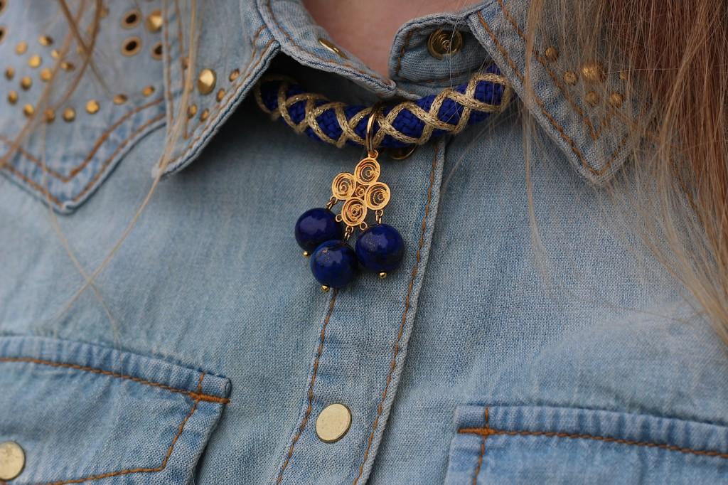 Jeans Bluse Nieten Details blau Gold Kette Accessoires goldener Schmuck