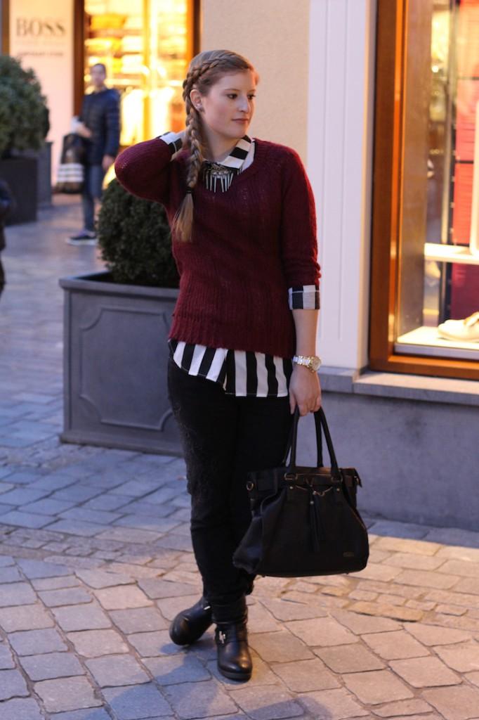 schwarz weiß gestreifte Bluse Pulloverkombinieren Biker Boots Buffallo Handtasche geflochtene Haare Roermond