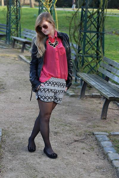 Pinke Bluse gemusterte Stoff Hotpants schwarze Lederjacke Outfit Fashion Blog