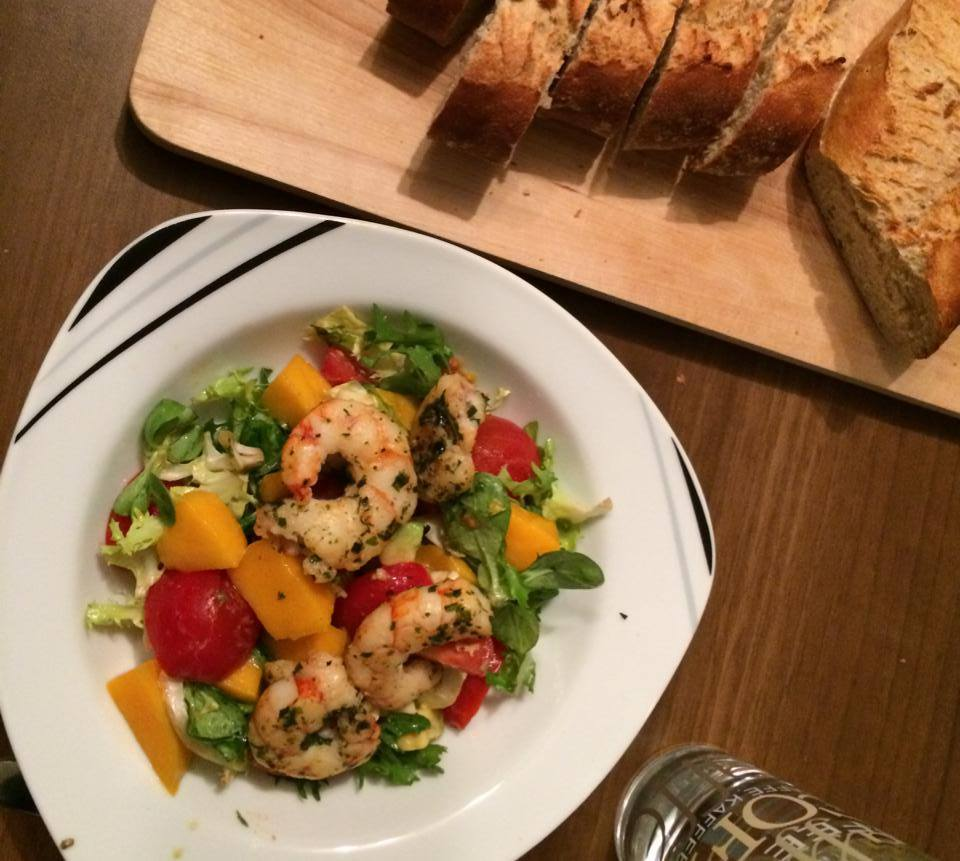 Trying to stay healthy sometimes - on this day with a great salad with mango, avocado, shrimps and baguette.