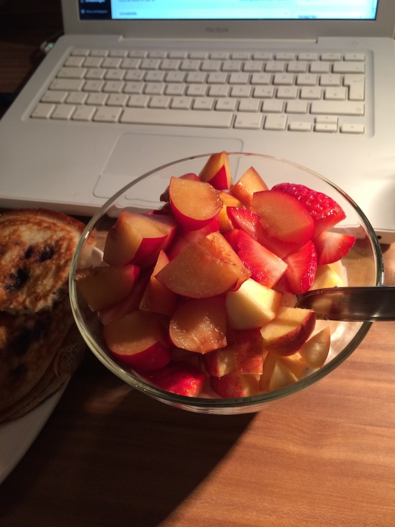 Another healthy start in the day - with a great fruit bowle and blueberry pancakes.