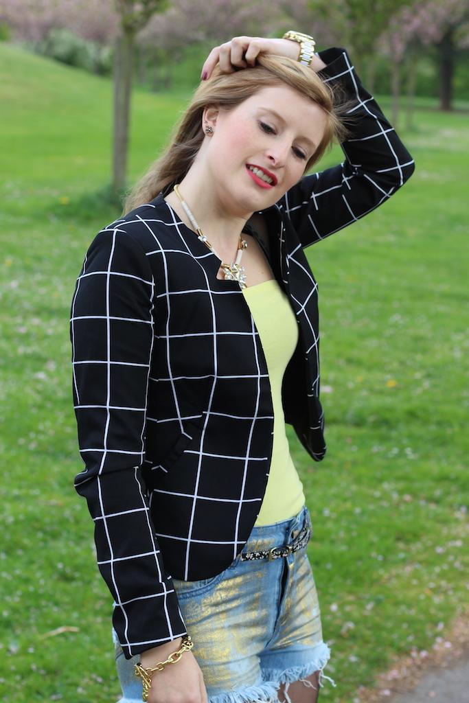 black white blazer with jeans hot pants Goldene Jeans Hotpants OOTD Blog