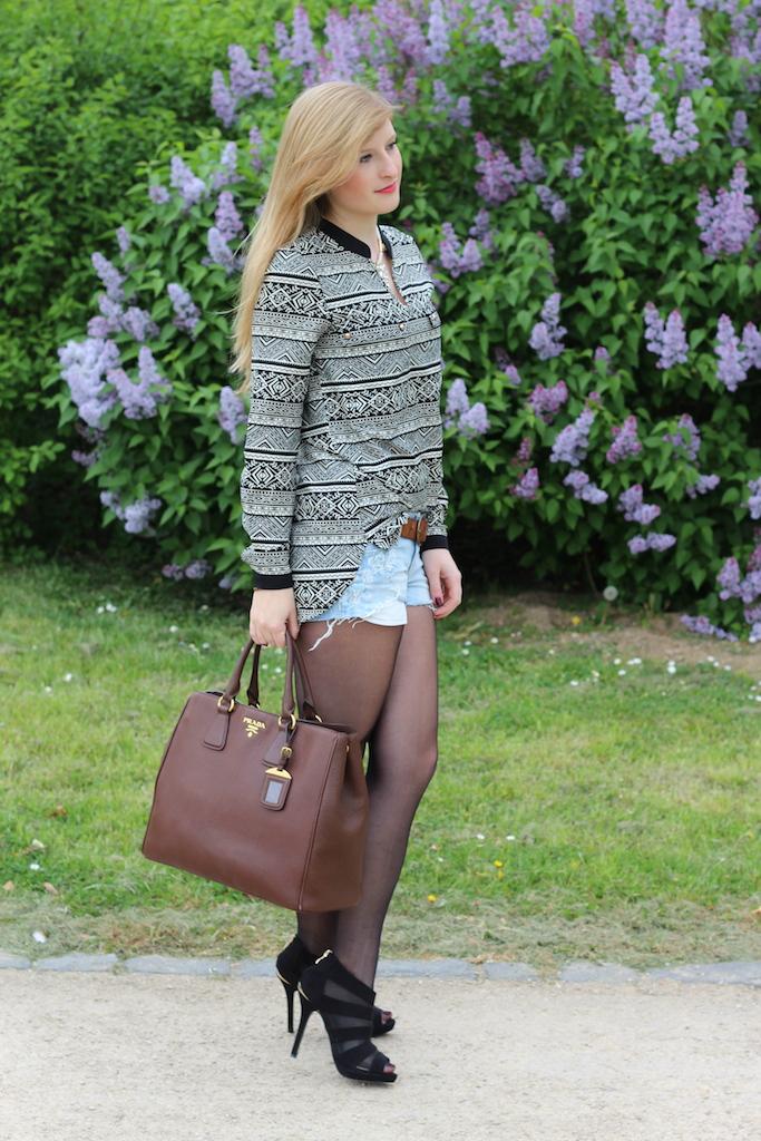 Jeans Hotpants braune Prada Tasche langärmelige Bluse Heels kombinieren Outfit blog