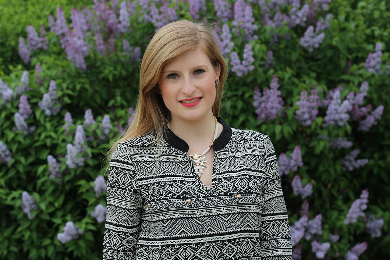 gemusterter langärmelige Bluse Halskette Modeblog OOTD Fashion Look
