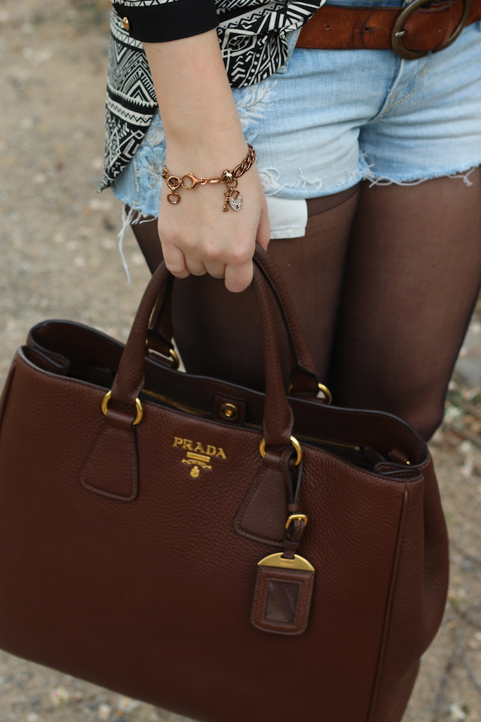 Braune Prada Tasche Leder Jeans Hotpants Hollister fossil Armband OOTD