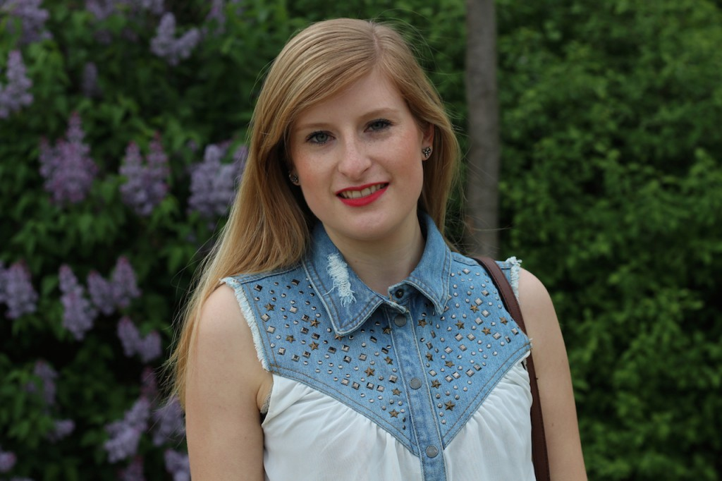 jeans blouse lange Haare blond roter Lippenstift Blog OOTD kombinieren
