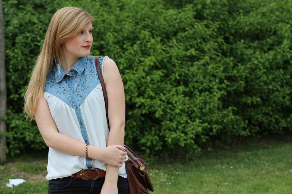 jeans blouse brinisfashionbook Jeans Bluse Frühlingslook OOTD braune Leder Tasche & Heels