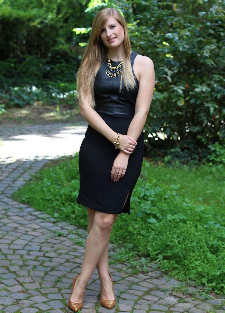 Schwarzes Lederkleid mit goldenen Schmuck Outfit OOTD schick goldene Pumps lange Haare