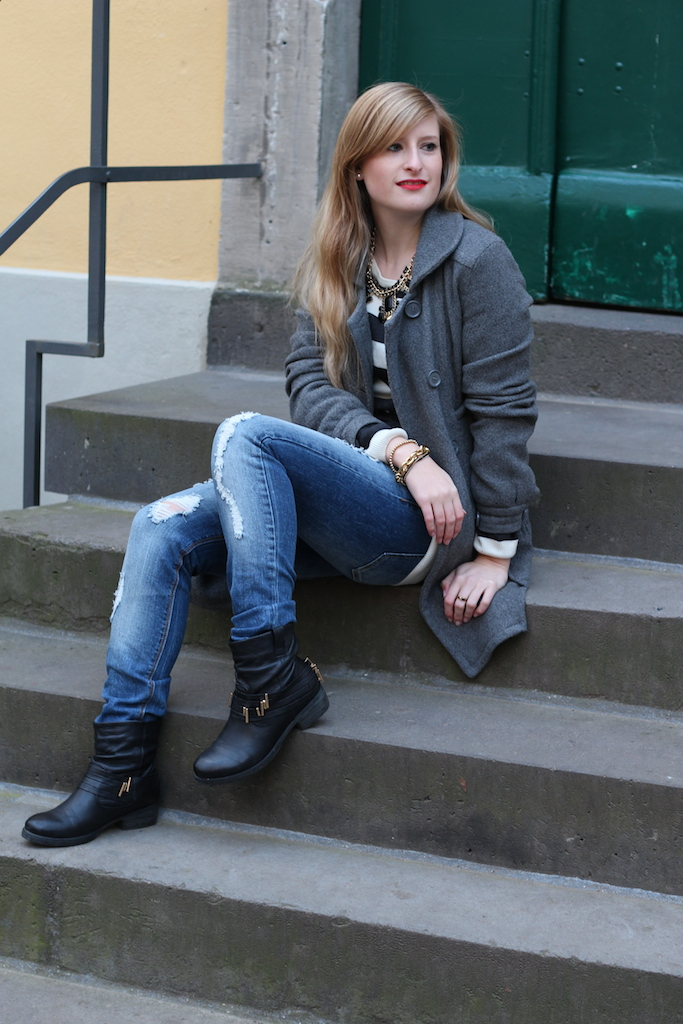 gestreifter Pulli und ripped Jeans