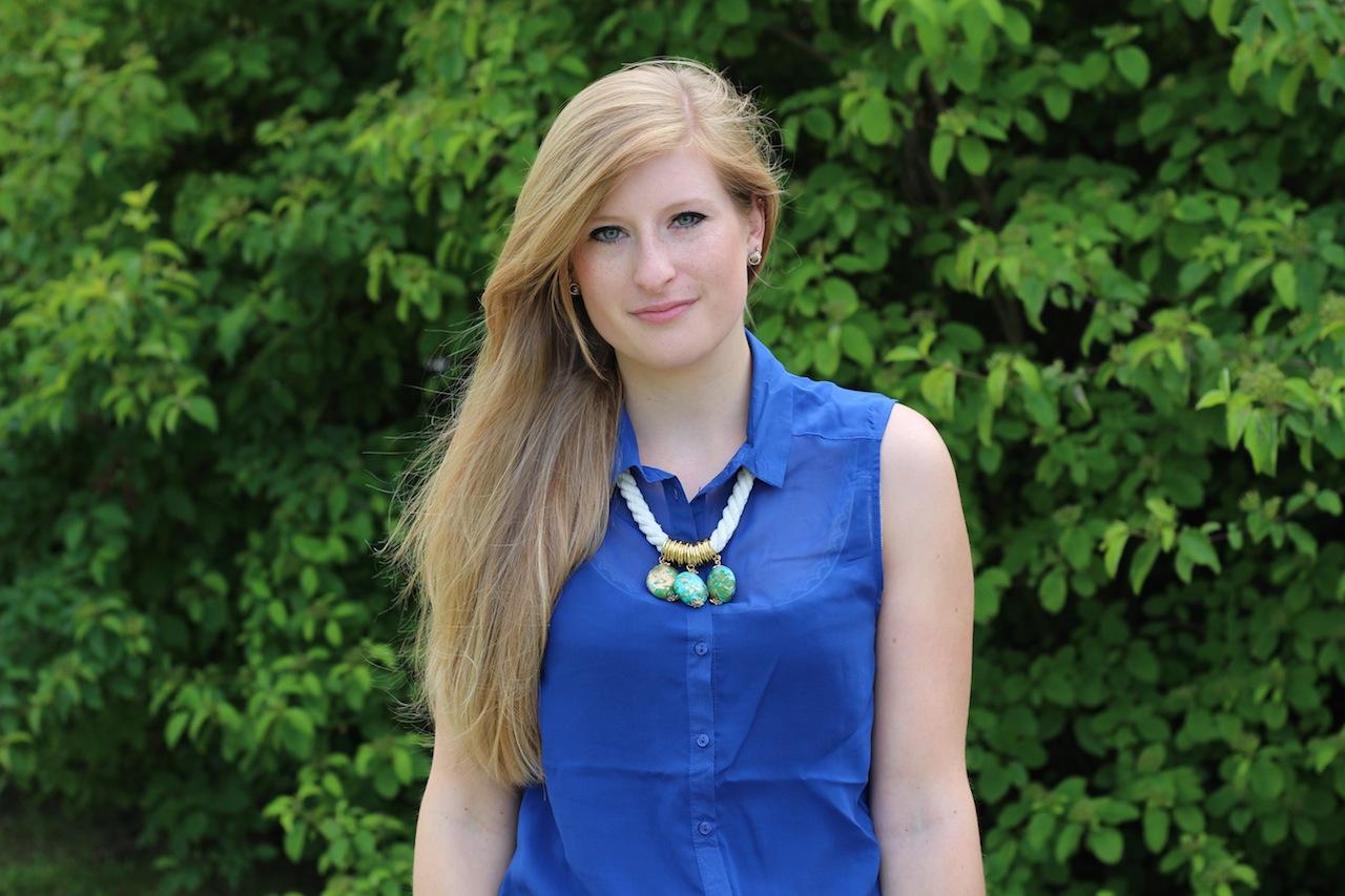 Blaue Bluse Sommerfarbe Trendfarbe aztek Kette weiß türkis lange haare