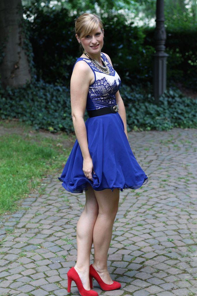 Blaues Sommerkleid rote Pumps kombinieren Sommeroutfit OOTD