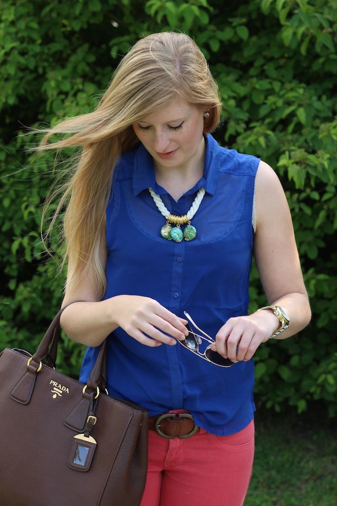 Sommerlook Blaue Bluse braune Prada Tasche Rosa Diesel Hose Ray Ban Pilotenbrille