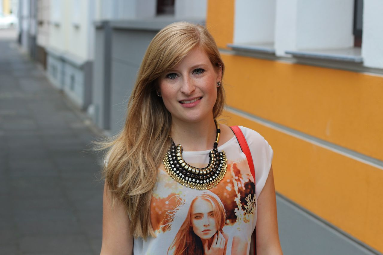 Orange print t-shirt Statement Kette Frühlingslook OOTD Outfit blog