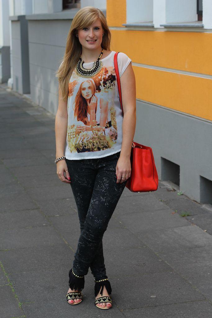 Oranges print T-Shirt, Skinny Jeans und Fransen-Sandalen Schwarz Gold