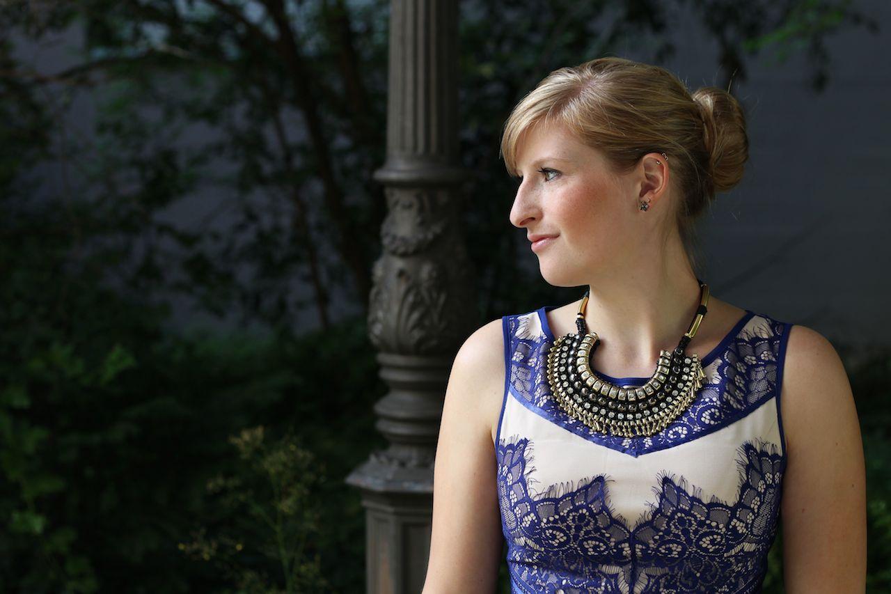 Blaues Sommerkleid Theateroutfit kombinieren goldener Schmuck Dutt
