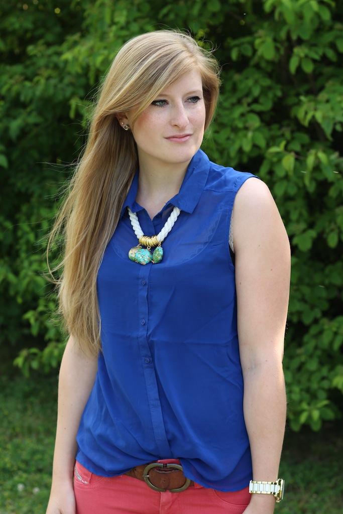 Sommerlook Blaue Bluse braune Prada Tasche Rosa Diesel Hose Sommerfarben