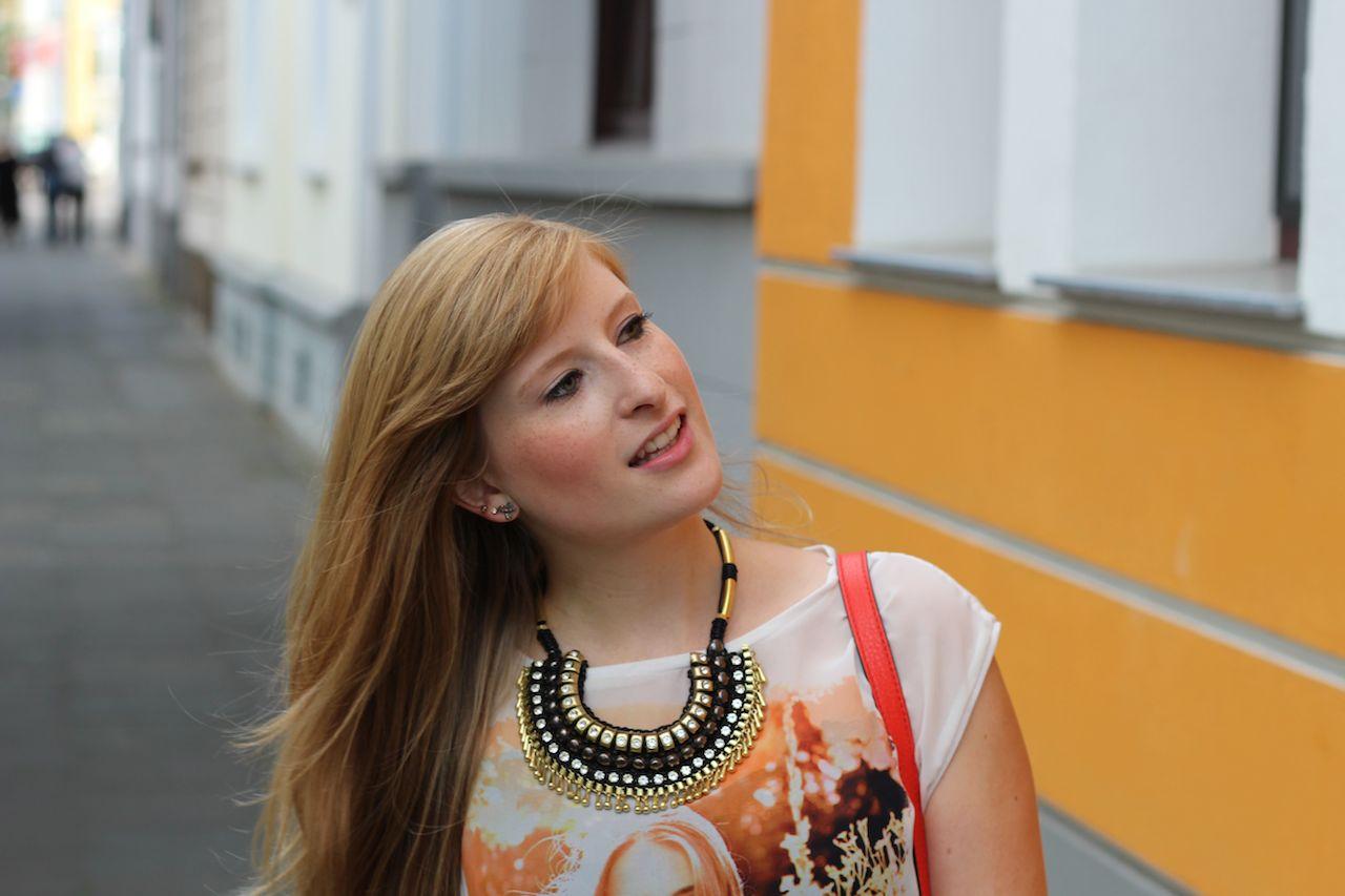 Orange Statement-Kette lange Haare Modeblog Frühling OOTD Köln