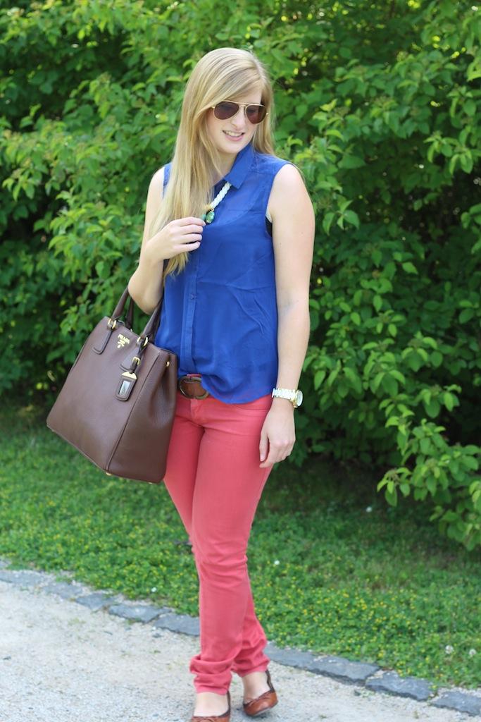 Sommerlook Blaue Bluse braune Prada Tasche Rosa Diesel Hose Sommertrend