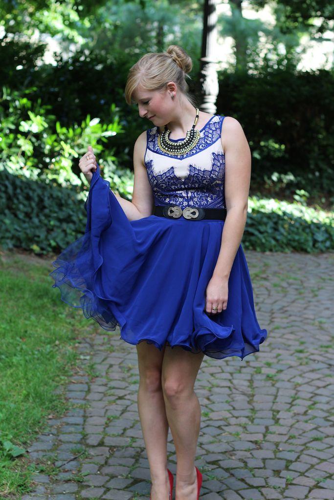 Blaues Sommerkleid rote Pumps kombinieren Sommeroutfit Dutt