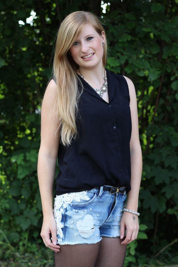 Jeans Hotpants mit Perlen Modeblog Outfit kombinieren schwarze Bluse OOTD
