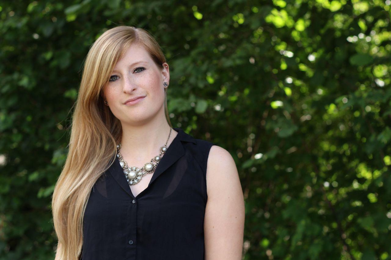 schwarze Bluse mit Perlenhalskette lange blonde Haare Modeblog Bonn