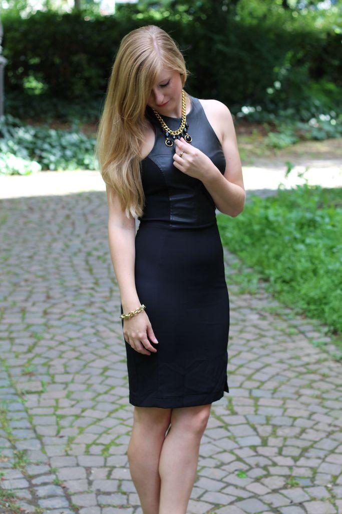 Schwarzes Lederkleid mit goldenen Schmuck Outfit OOTD Loobook Sommer