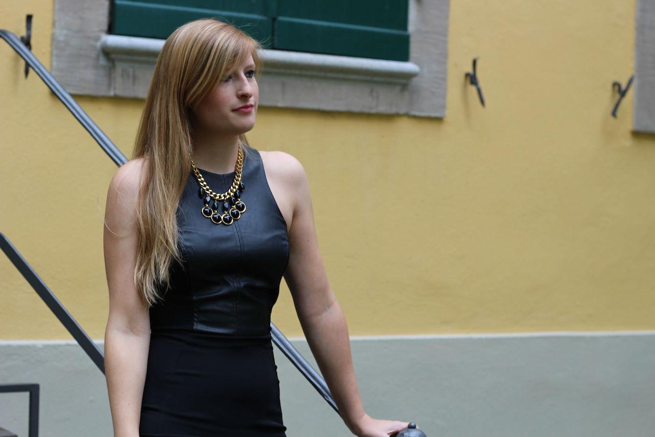 Das Kleine Schwarze Schwarzes Lederkleid mit goldenen Schmuck Outfit OOTD