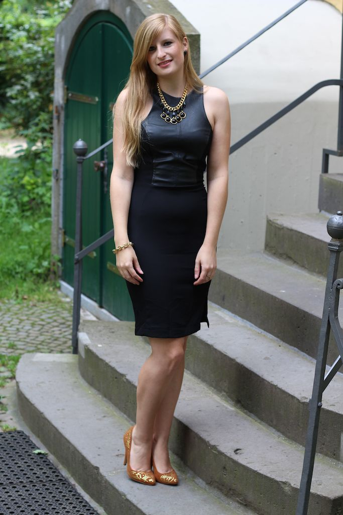 Schwarzes Lederkleid mit goldenen Schmuck Outfit OOTD schick Modeblog Deutschland