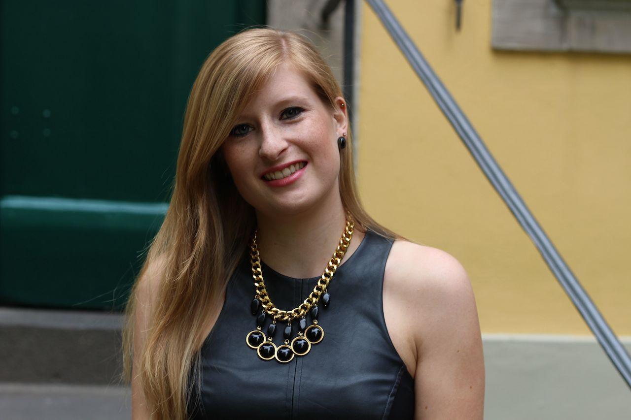 Schwarzes Lederkleid mit goldenen Schmuck Outfit OOTD Fashion Blog