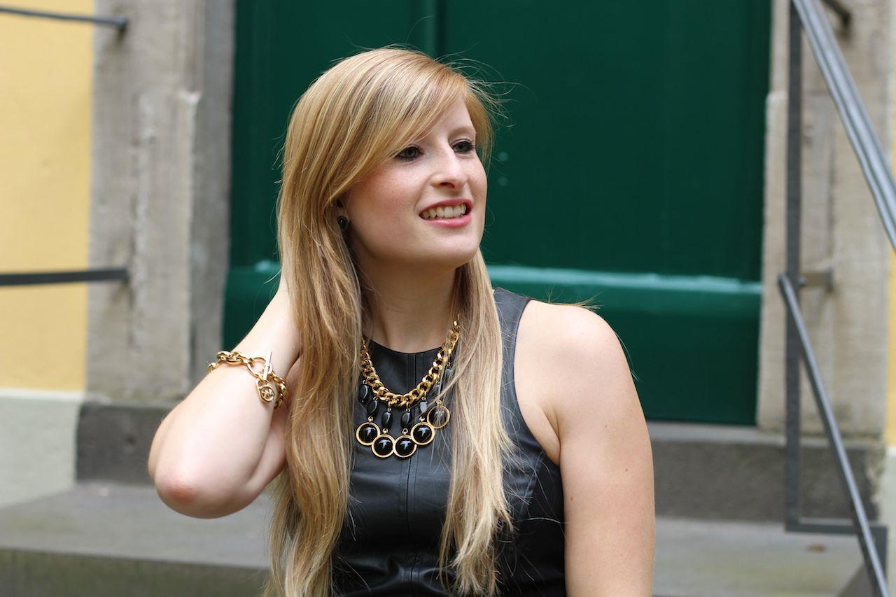 Schwarzes Lederkleid mit goldenen Schmuck Outfit OOTD Modeblog Deutschland