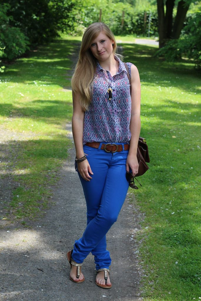 Ray Ban Sonnenbrille Cat Eye blaue Diesel Jeans bunte Musterbluse Sommeroutfit