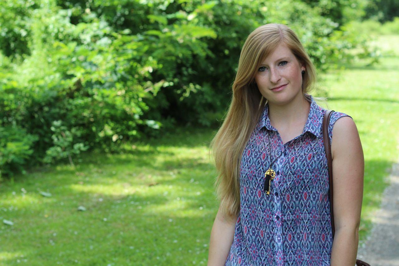 Bunte Musterbluse blau rosa Lederkette Modeblog Sommer OOTD outfit kombinieren