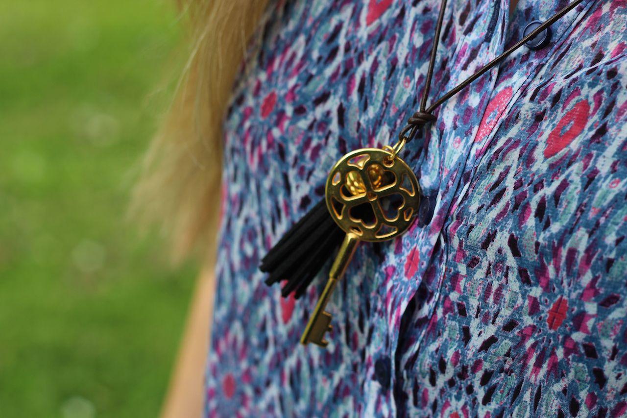 Bunte Muster Bluse Hippie Kette Gold mit Leder braun kombinieren Outfit