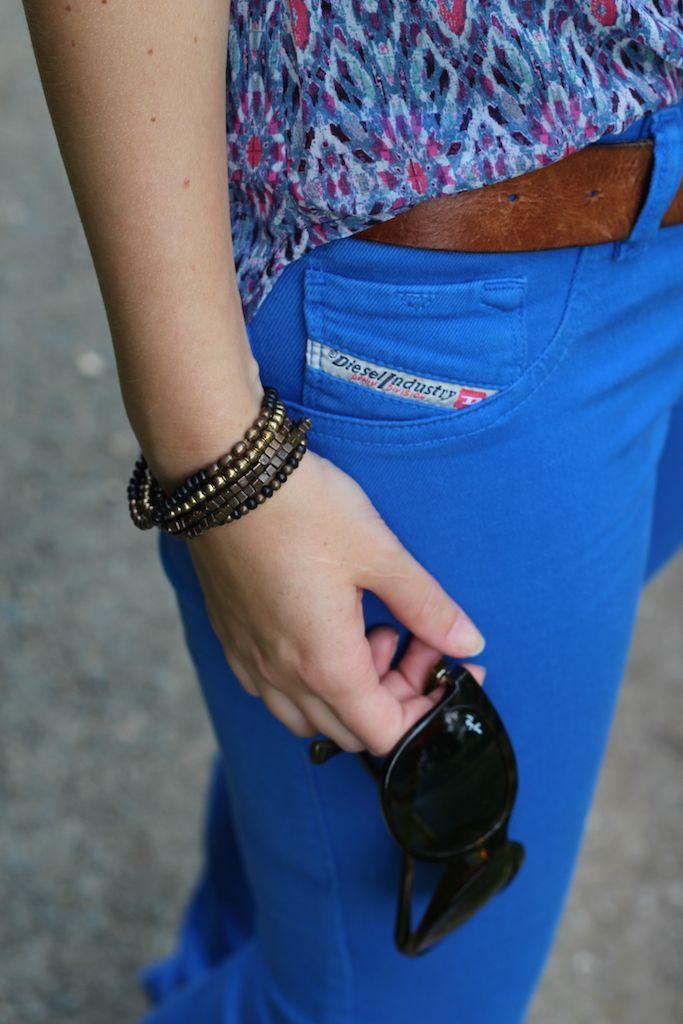 Ray Ban Sonnenbrille Cat Eye blaue Diesel Hose bunte Musterbluse kombinieren Outfit