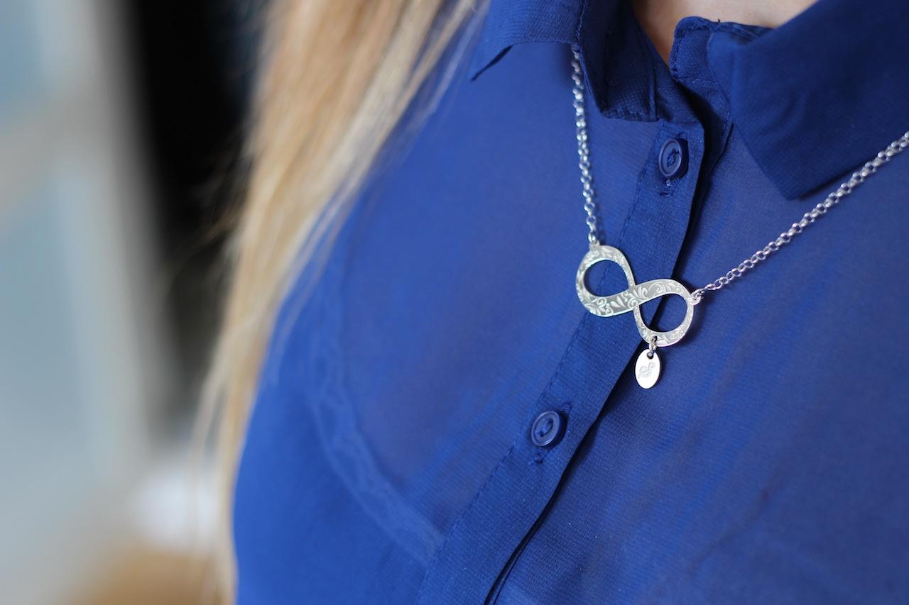 Trendfarbe Sommer Sommerblau Bluse kombinieren silberne Infinity Kette