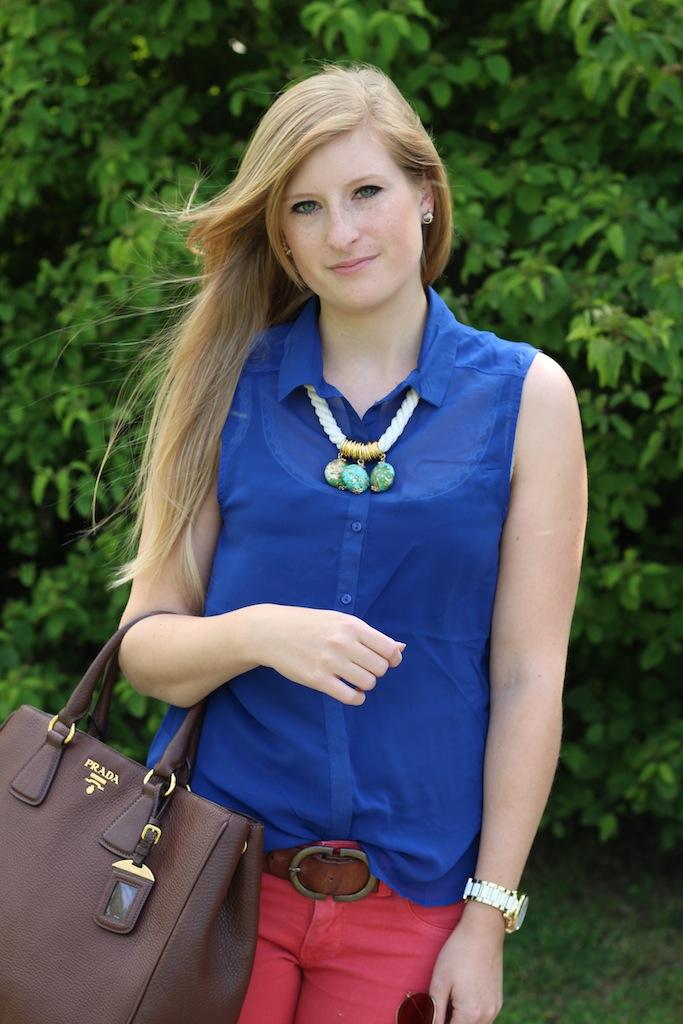 Sommerlook Blaue Bluse braune Prada Tasche Rosa Diesel Hose Sommer OOTD