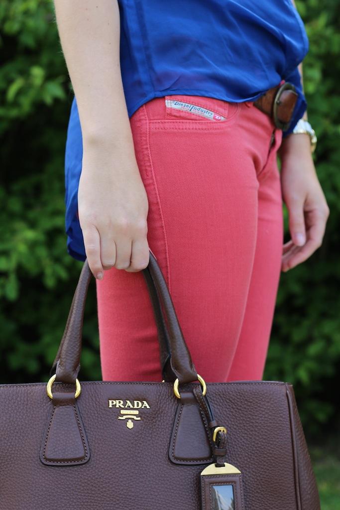 Details Sommerlook Blaue Bluse braune Prada Tasche Rosa Diesel Hose Sommerfarben