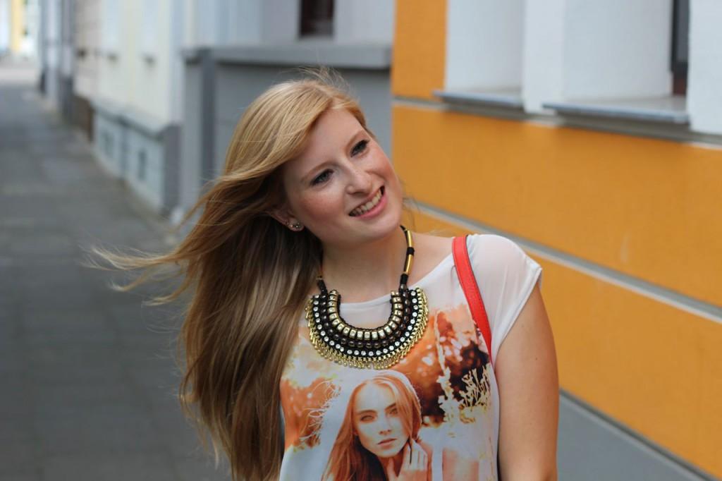 Oranges Print T-Shirt, Skinny Jeans und Fransen-Sandalen