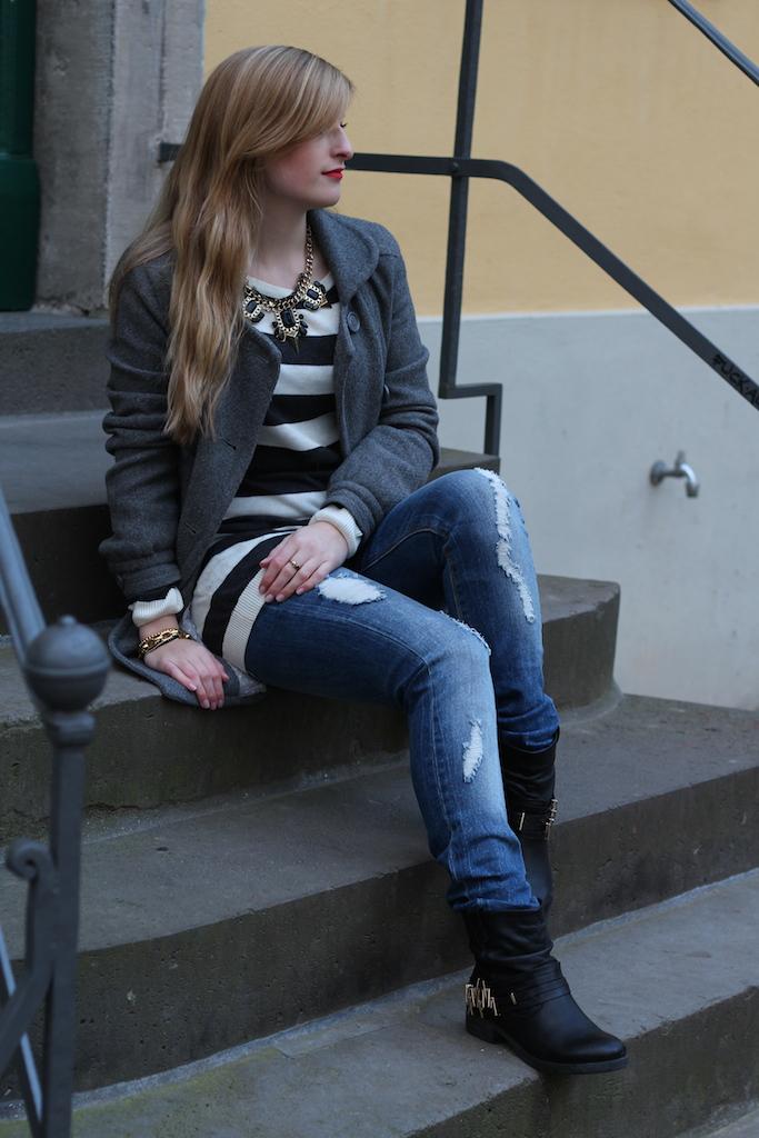 Winterjacke mit Streifen Pullover und Ripped Jeans