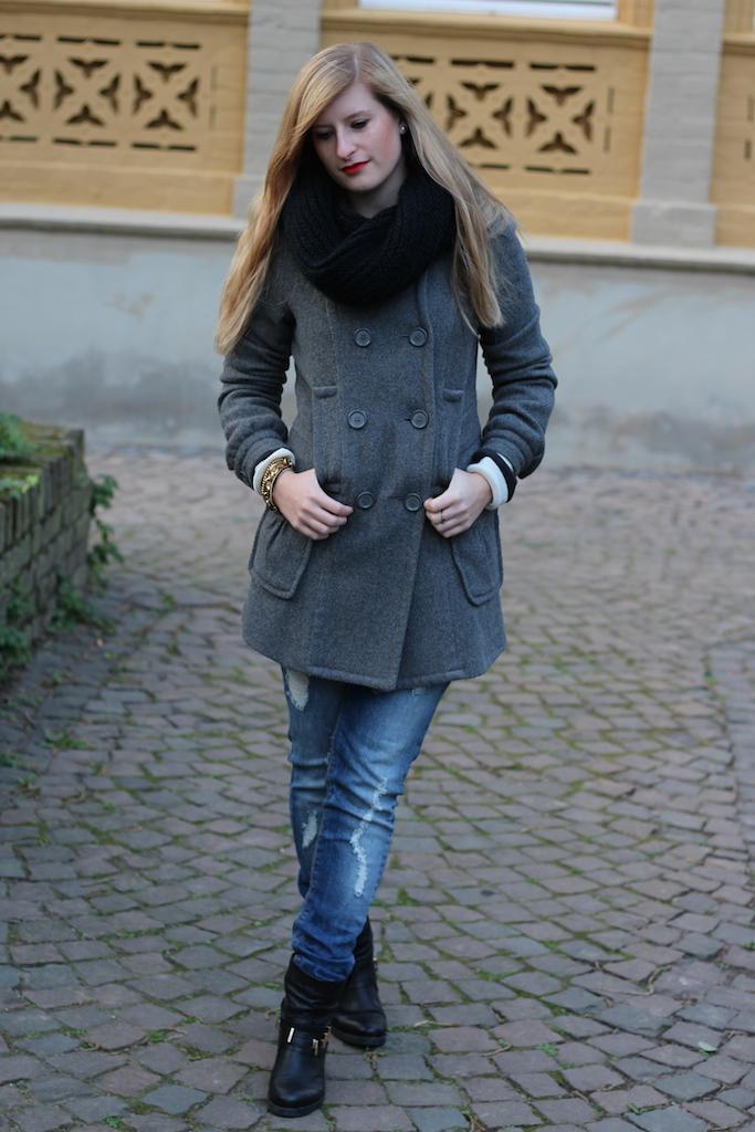 Grauer Mantel mit Biker Boots und Ripped Jeans mit schwarzer Rundschal Winteroutfit