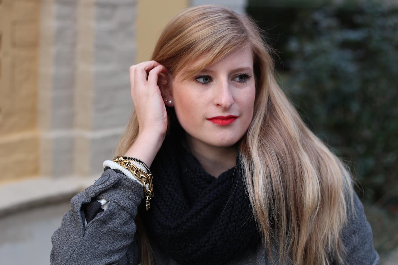 schwarzer Rundschal und goldener Schmuck Michael Kors Armband Schmuck Blog