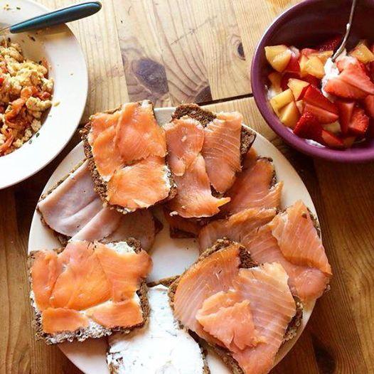 Frühstück - wir haben uns mal ein bisschen Zeit genommen und super lecker gefrühstückt. Mit Früchten, Rührei und Lachs-Brötchen! :)