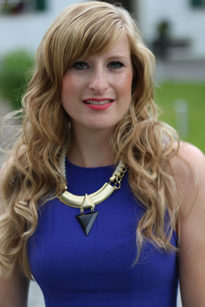 Statement Kette lange Haare Locken Standesamt Kleid Gast blaues Cocktailkleid