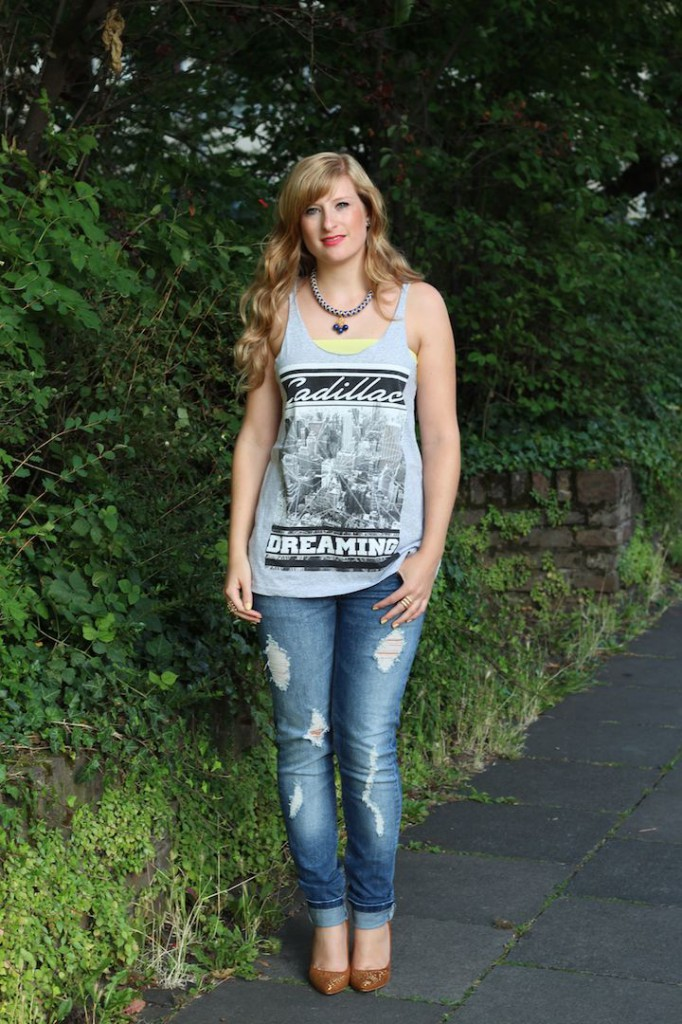 T-Shirt Victim street style Köln OOTD mit Ripped Jeans Outfit kombinieren