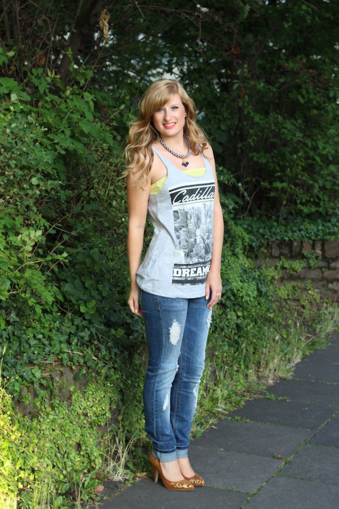 Ripped Jeans und Goldene Pumps T-Shirt Victim street style Köln OOTD mit Ripped Jeans Outfit kombinieren