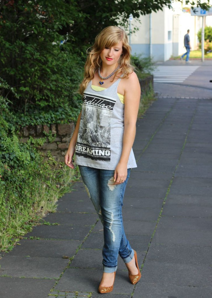 Ripped Jeans und Goldene Pumps T-Shirt Victim street style Köln OOTD Outfit kombinieren