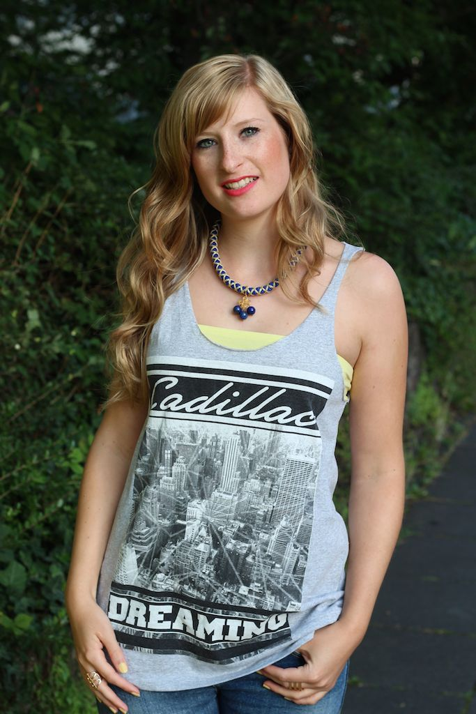 graues Cadillac Shirt Twininas Kette T-Shirt Victim street style Köln OOTD mit Ripped Jeans Outfit kombinieren